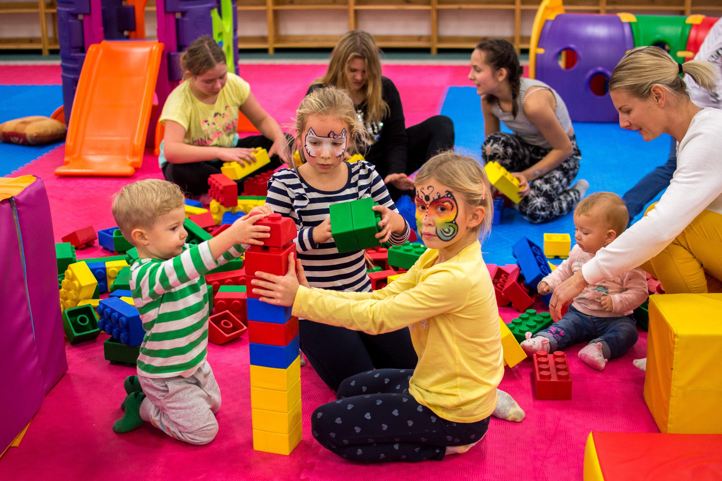 Baby Aréna Pre najmenších máme v Jungle Parku prichystanú Baby arénu. V Baby aréne sa vaše ratolesti zabavia na mäkkých preliezkach, mini šmýkľavke a atrakciách, ktoré sú bezpečné aj pre menšie deti. (do 7 rokov)