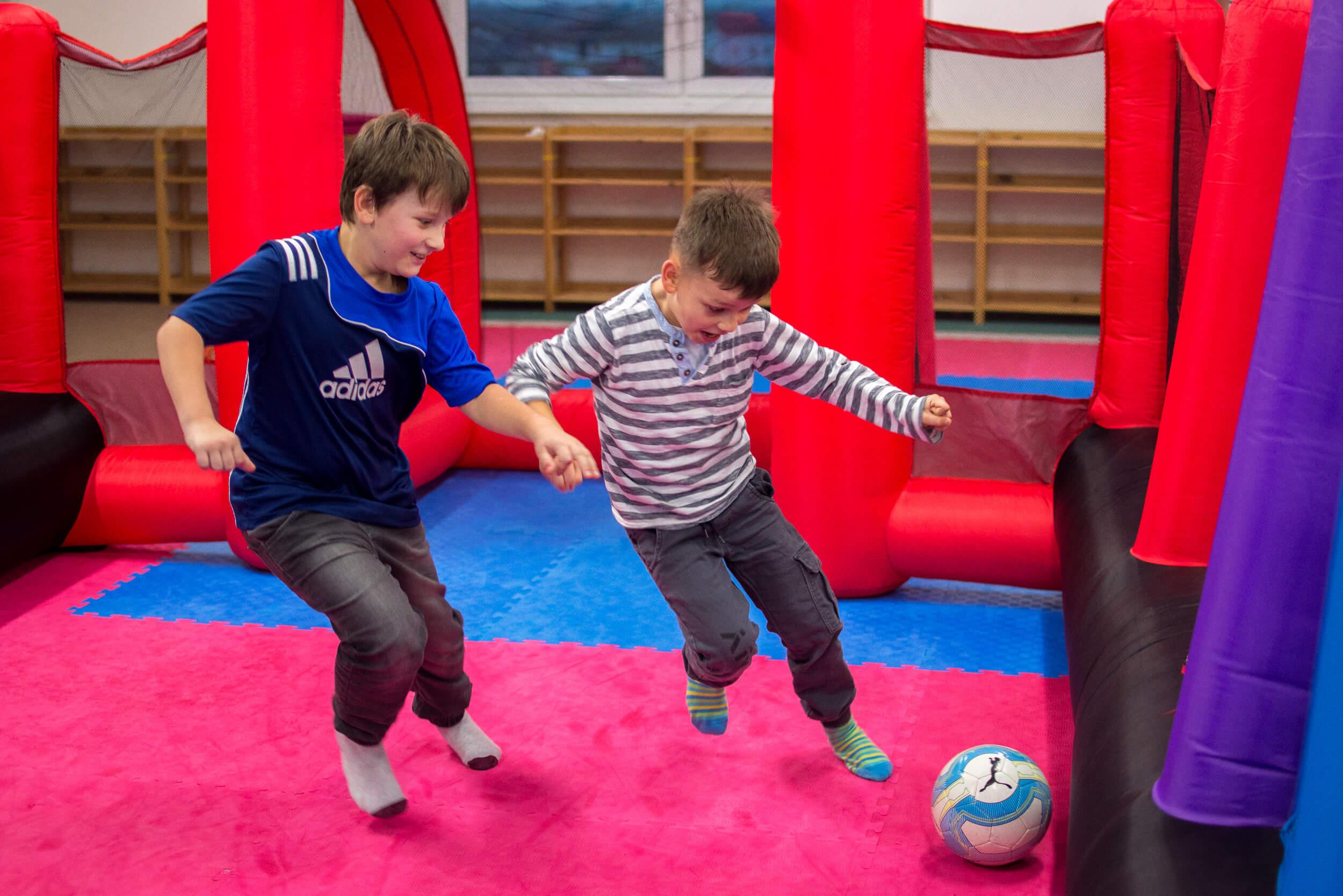 Futbalové ihrisko Zahrajte si futbal vnafukovacom futbale, veľká zábava pre malých iveľkých.