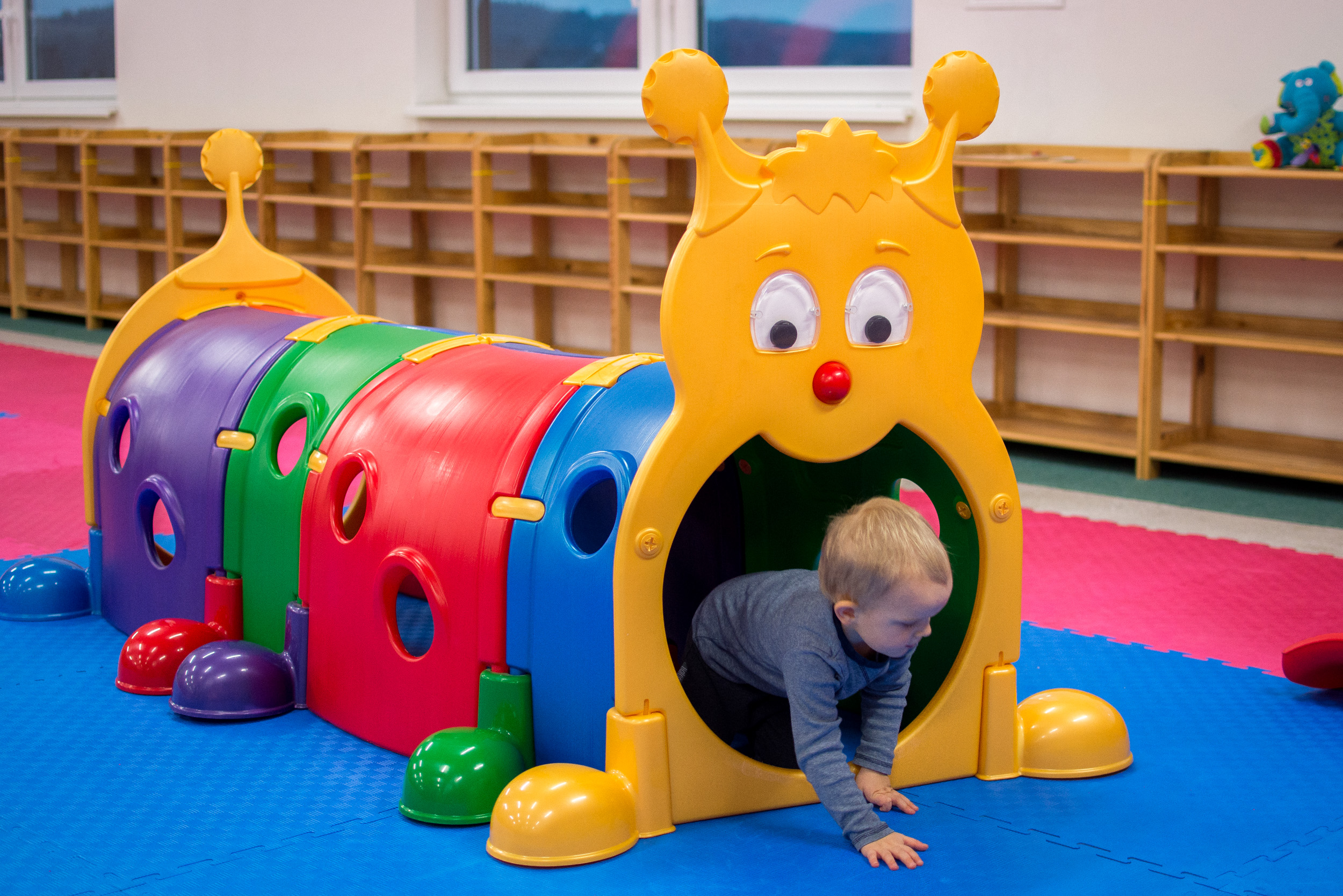 Húsenica Katka Atrakcia pre najmenšie deti, ktoré sa neboja plaziť alebo štvornožkovať vnašom zábavnom tuneli.