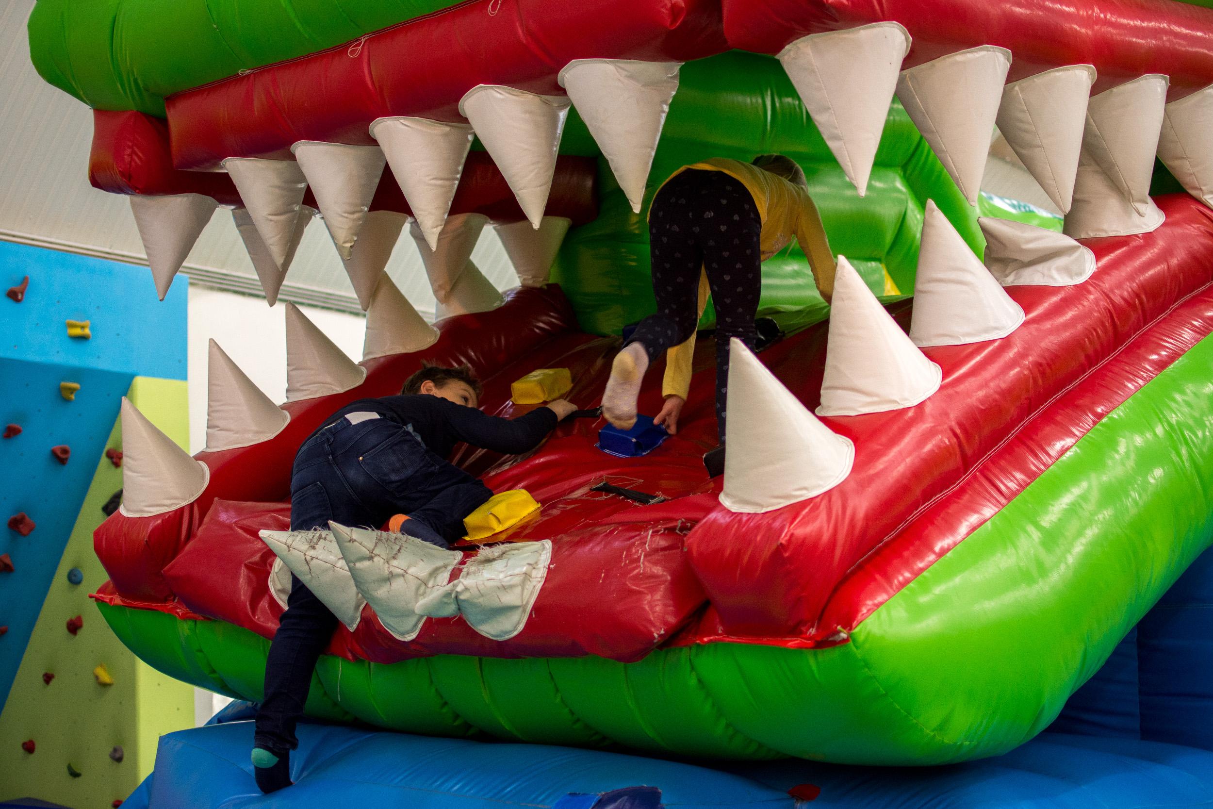 Nafukovacia šmykľavka krokodíl Aký by to bol Jungle Park bez krokodíla? Nášho nafukovacieho krokodíla deti jednoducho zbožňujú! Dovolí im vyštverať po svojom chrbáte, šmyknúť sa po jazyku a vyliezť cez tlamu plnú obrích nafukovacích zubov.