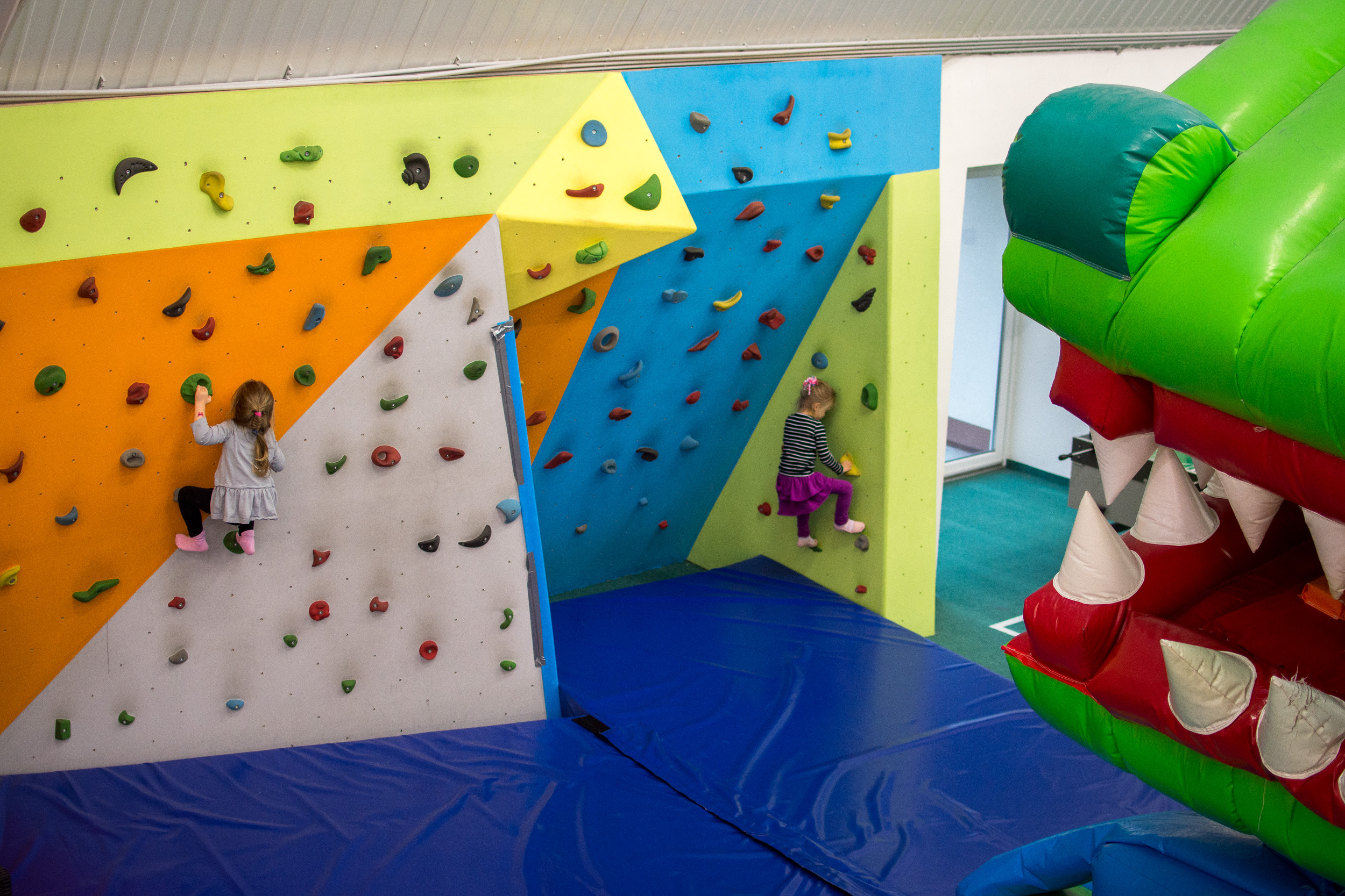 Lezecká stena Lozia vaše deti neustále kade tade? Vezmite ich na lezeckú stenu do Jungle parku, kde sa parádne zabavia a aktívne vyžijú. Naša lezecká stena ponúka viacero trás a stupňov náročnosti pre malých aj väčších lezcov.